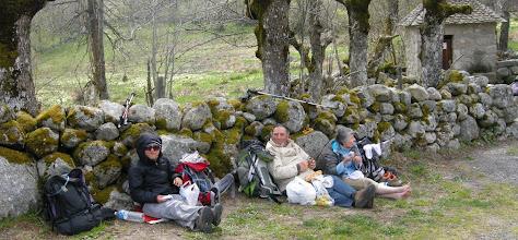Photo: Pèlerins à Finieyrols (1192 m); pique-nique dans le vent et le froid