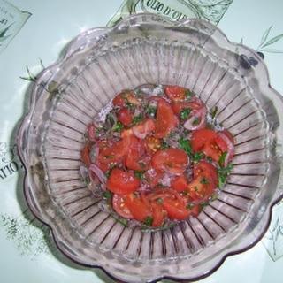 Tomatensalat mit roter Zwiebel.
