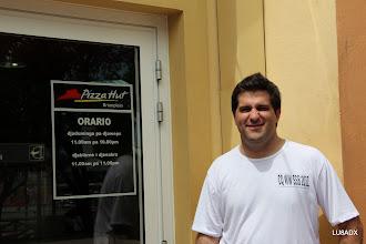 Photo: Lucas LU1FAM en la puerta de Pizza Hut