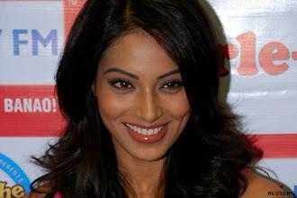 Photo: Ranbir Kapoor finds Bipasha Basu hot http://t.in.com/7qkw