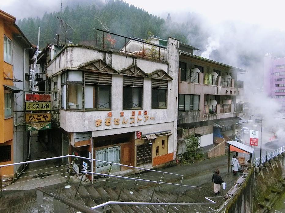 温泉街に建ち並ぶ旅館や店舗