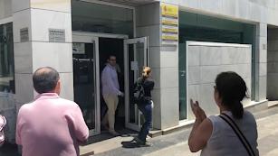 Momento en el que los vecinos de Balerma salen de la sede de Costas.