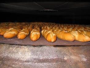Photo: El pan de los bocatas. En horno de leña.