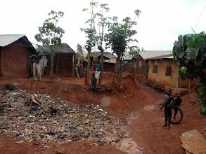 Photo: les ordures sont entassées et brûlées