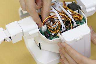 Photo: RAPIRO基板に電池ボックスのコネクタを接続します。