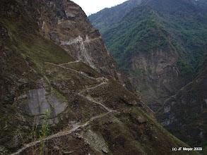 Photo: Nous arrivons à la portion de sentier ouverte par les Maoïstes mais non terminée. Une via ferrata précaire passait au-dessus des 30m manquants. (2009) 20M de plus ont été réalisés, un pont en bois permet le passage des 10m restant