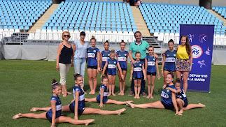 Juanjo Segura con las deportistas del Stella Maris.