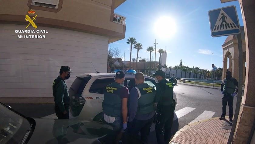 Los agentes de la Guardia Civil detienen al acusado.