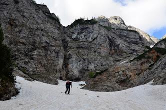 Photo: Pozimi grmijo plazovi čez to steno in spodaj nastane precej debela plast snega. Leta 2013 je bila debela 17 metrov. Ogromna jama, ki jo voda skoplje vsako leto, ko se dnevi že malo otoplijo, nastane pod to grapo na fotki.