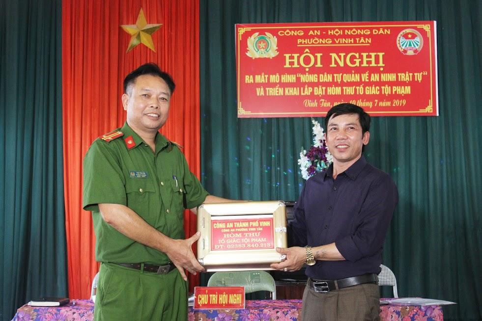 Trung tá Thái Văn Cần, Trưởng Công an phường Vinh Tân trao hòm thư tố giác tội phạm cho đại diện khối 1