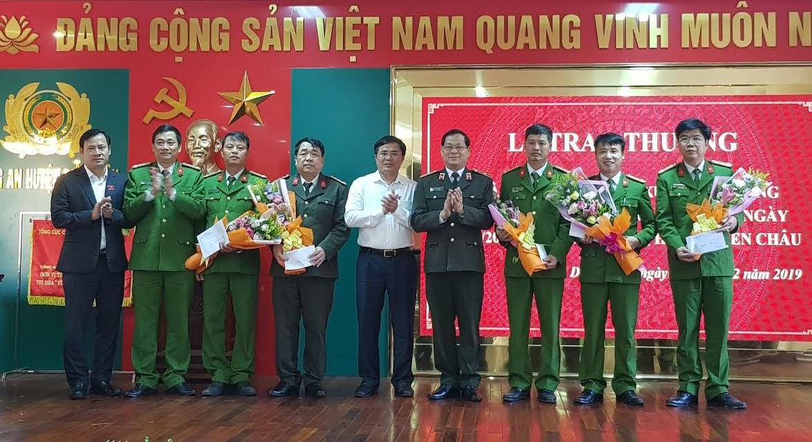 Đồng chí Thiếu tướng Nguyễn Hữu Cầu, Giám đốc Công an tỉnh và Lãnh đạo Huyện uỷ, UBND huyện trao thưởng về thành tích xuất sắc cho Công an huyện Diễn Châu và các phòng nghiệp vụ trong điều tra, phá án