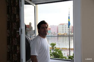 Photo: Lucas en la ventana del hotel