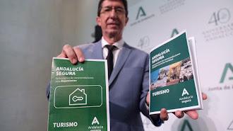 Juan Marín con folletos sobre el distintivo.