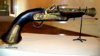 Photo: Senjata jenis pistol yang digunakan tentara VOC pada abad 17. Koleksi Museum La Galigo, Makassar. http://nurkasim49.blogspot.com/2011/12/ii.html