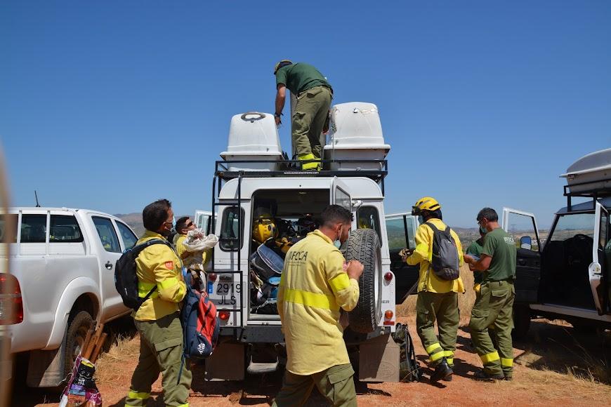 Bomberos del Dispositivo para la Prevención y Extinción de Incendios Forestales en Andalucía (Plan Infoca), tras terminar su trabajo en Sierra Cabrera.