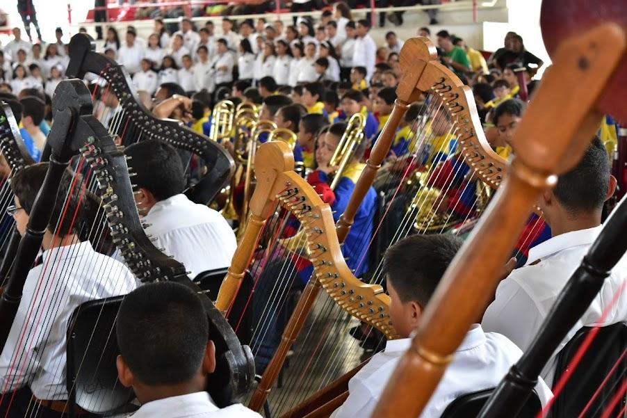 Con el maestro Luis Herrera al frente, los integrantes de la Orquesta Alma Llanera de San Juan de Los Morros dedicaron su ejecución al maestro Hugo Blanco, fallecido el pasado domingo 14 de junio, y comenzaron interpretando una de sus más populares composiciones, Moliendo café