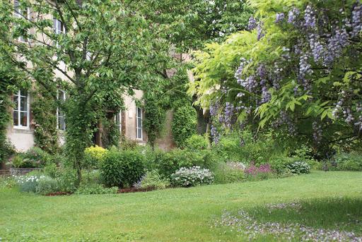 la maison abbatiale (1704 classée MH) abrite 4 chambres d'hôtes