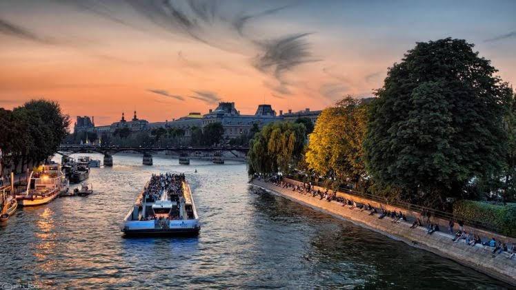 Ngồi thuyền quanh sông Seine