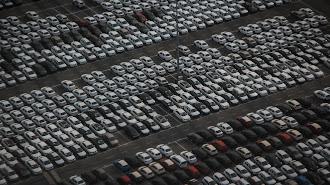 Vista aérea de un depósito de coches.