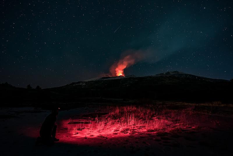 Il fuoco dell'Etna squarcia il buio della notte di Massimo_Tamajo
