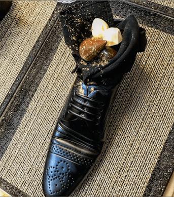 安倍首相に夕食会で「靴のデザート」で物議、困惑するイスラエル大使館「靴に悪意はない」