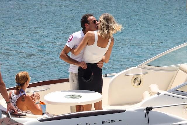 La pareja se regala besos frente al mar de Almería.