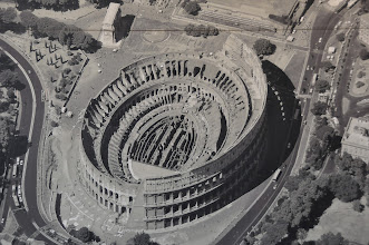 Photo: Koloseum. Letecký pohled na Koloseum (fotografie pořízena z plakátu uvnitř Kolosea). Stojí za povšimnutí porovnání rozlohy a dimenzí stavby s okolními budovami.