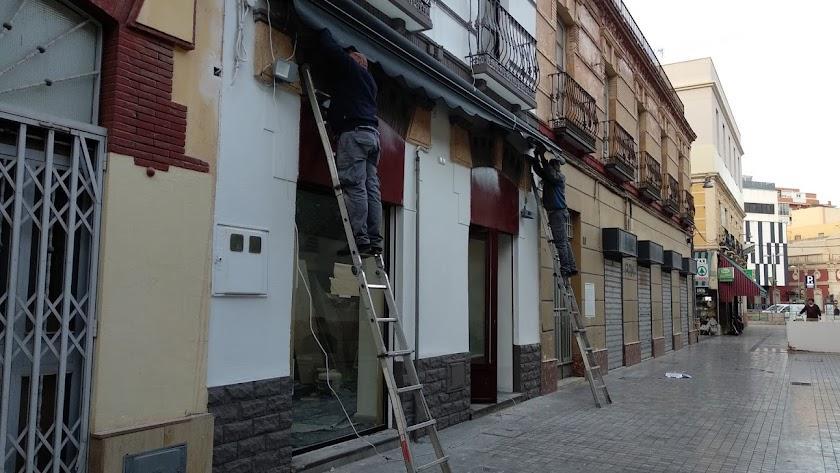 Últimos trabajos previos a la inauguración del bar Plaza Market, en la circunvalación del Mercado.