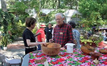 Photo: Don and Corinne Couchman discuss that really big bowl at the MCW Picnic.  [08.09]