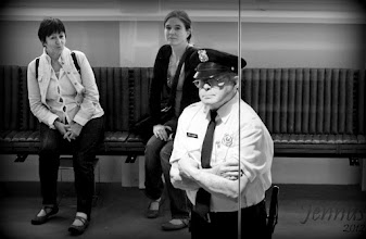Photo: Policiers hommes et femmes en attente