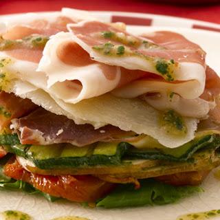 Italiaanse torensalade van Parmaham, champignons, zongedroogde tomaat en rucola
