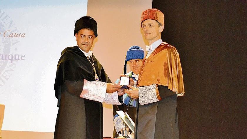El biólogo, Ginés Morata, condecorado con el título de Doctor Honoris Causa.