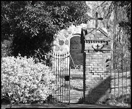 Photo: Landkarte der Dorfkirchen in Norddeutschland: erst auf den Link, dann einen Klick auf eines der Fotos und es öffnet sich die Landkarte. http://goo.gl/8Ucf53  Eingang zum Friedhof und zur Feldsteinkirche in Bülow am Malchiner See