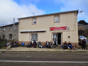 Photo: Pequeño descanso y refrigerio en ¨Casa Villar¨ el único bar que encontramos abierto en Paradavella, antes de abordar la 2ª parte de la etapa donde nos esperaban las empinadas las cuestas de A Lastra y de La Fontaneira