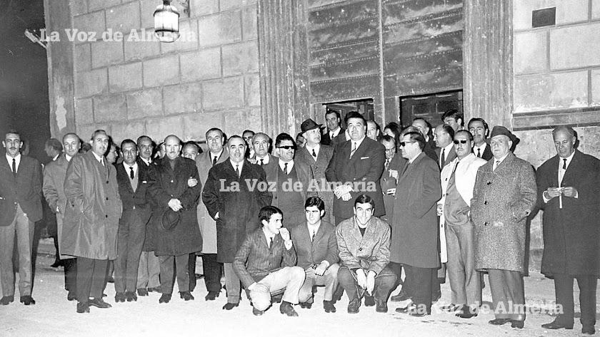En el centro, con traje oscuro, Antonio MorenoMartín, que desde 1962 fue presidente de la Hermandad de Alféreces de Almería.