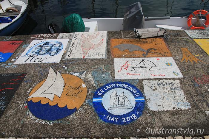 Пирс столицы Фаяла с рисунками моряков из разных стран