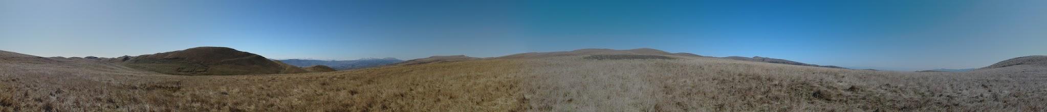Photo: Panorama spod grzbietu Kartalinia. Na horyzoncie po lewej: Góry Abul-Samsarskie i część Pasma Trialeckiego ze szczytem Ardzhevani.