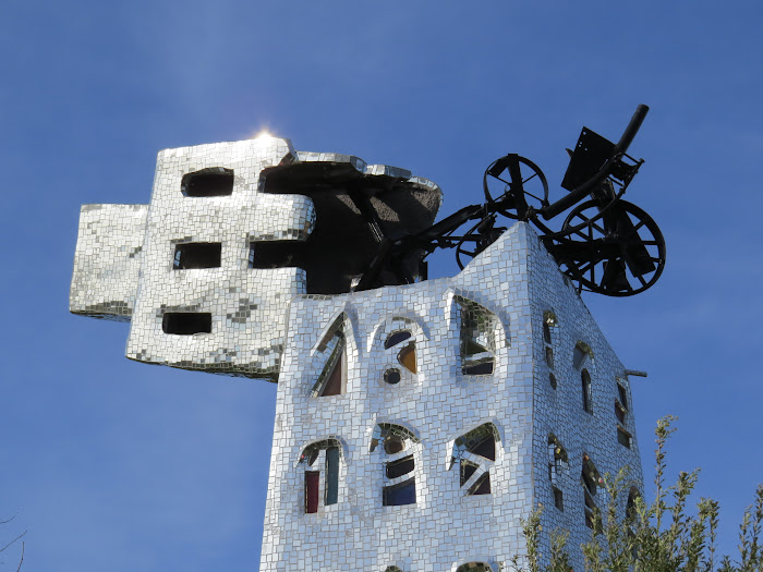 Niki de Saint Phalle, La Torre di Babele e il fulmine-macchina-ferraglia di Jean Tinguely, Giardino dei Tarocchi, Capalbio