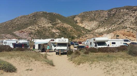 La 'acampada' de autocaravanas crea problemas en el Cabo de Gata y no se sanciona