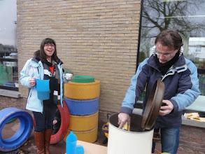 Photo: Juf Pascaline en meester Yves helpen mee om iedereen te bedienen.