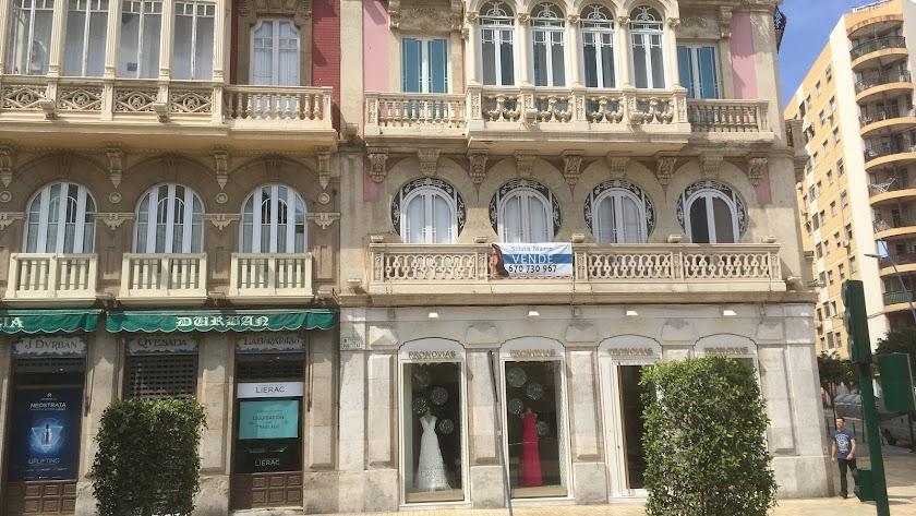 La vivienda en venta tiene un balcón de estilo neoclásico.