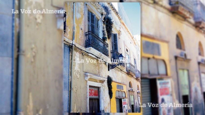 En la imagen de la calle Mariana, la fachada amarilla del estanco viejo y al lado, la academia de las máquinas de coser de la familia Verdejo.