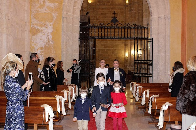 La novia, del brazo de su padre y padrino, entrando a la capilla del Sagrario.