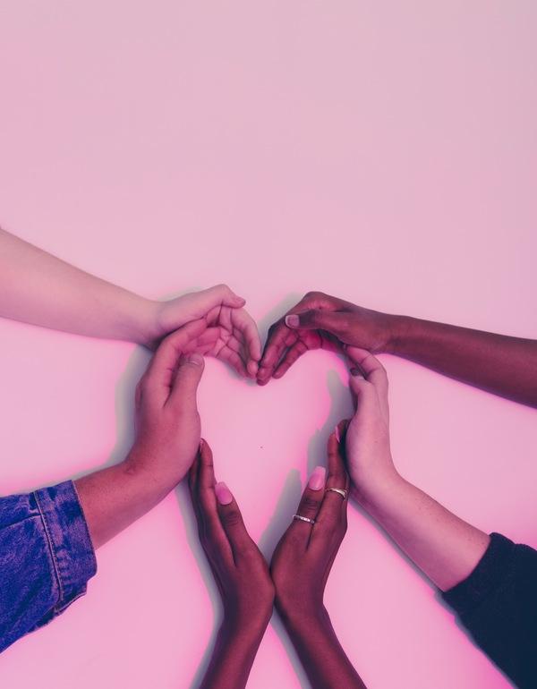 foto de várias mãos formando um coração