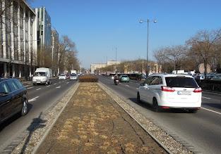 Photo: A Dózsa György úti zöld sáv jelzi a Városliget eredeti határát