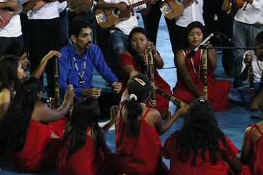 Bajo la dirección de Mauro Guerra, la Orquesta Infantil y Juvenil Warao del estado Monagas despertó múltiples sensaciones al ritmo de sus cantos y danzas. Capturar a sus integrantes entre violines y flautas se convirtió en el objetivo de todas las cámaras y filmadoras. Su presentación sirvió de abreboca a la actuación de la Sinfónica Regional Infantil y la SNIV.
