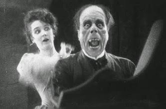"""Photo: Uma cena de """"O Fanstama da Ópera"""", de 1925: Lon Channey é desmascarado por Mary Philbin  http://filmesclassicos.podbean.com"""