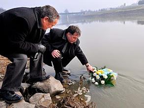 Photo: Szolnok, 2008. február 1.Fejér Andor, a megyei közgyűlés elnöke (j) és Szabó István, Szolnok alpolgármestere megkoszorúzza a Tiszát. A Tiszát 2000-ben ért, példátlan károkat okozó cianidszennyezést és az ökológiai katasztrófa következményeinek felszámolására indított sikeres küzdelmet idézték fel a folyó élővilágának emléknapján, a megyei és a városi önkormányzat közös rendezvényén Szolnokon.MTI Fotó: Mészáros János