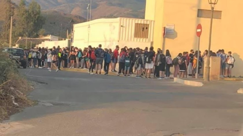 Imagen del instituto durante la llegada de los alumnos este martes.