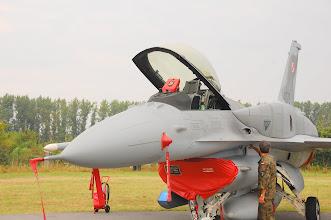 Photo: Teraz już wiesz, gdzie należy wcisnąć, żeby otworzyć kabinę F-16 ;)
